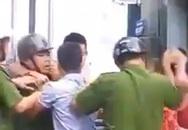 Nam thanh niên không đội mũ bảo hiểm kẹp cổ, đánh công an