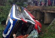 Hơn 20 khách thoát chết khi xe giường nằm lật xuống cống