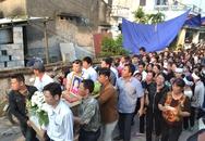 Hàng trăm người khóc ngất khi đón thi thể bé Nhật Linh tại quê nội Hưng Yên