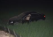 Ô tô đâm xuống ruộng, tài xế thoát chết trong gang tấc