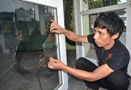 """Vụ người dân bị ném chất thải vào nhà: """"Họ lại đập tan cửa kính nhà tôi"""""""