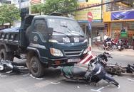 Đang dừng đèn đỏ, 4 xe máy bị xe ben đâm từ phía sau nhiều người bị thương