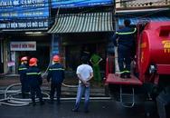 Hà Nội: Căn nhà 2 tầng cháy rụi lúc 3h sáng, cảnh sát PCCC phải cắt khoá để tiếp cận vào bên trong