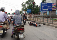 Hà Nội: Va chạm với ô tô, hai thanh niên đi xe máy văng xuống đường nguy kịch