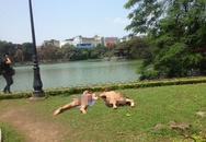 """Hai nữ du khách nước ngoài thản nhiên mặc bikini """"tắm nắng"""" bên Hồ Gươm"""