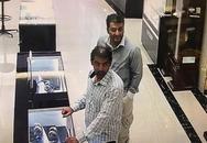 Hai ông Tây nghi trộm đồng hồ vàng hơn 200 triệu đồng đã bị bắt