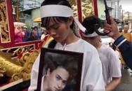 Đồng nghiệp khóc tiễn đưa diễn viên Nguyễn Hoàng trong ngày mưa bão