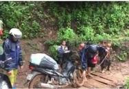 Học sinh lớp 1 kéo xe cho thầy qua đoạn đường khó