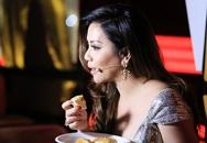 Chồng Minh Tuyết lặng lẽ cắt bánh cho vợ ăn trong hậu trường