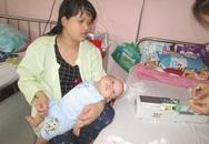 Xót xa bé trai 4 tháng tuổi bị não úng thủy tay không thể nắm, chân co quắp
