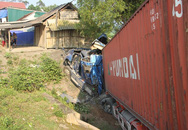 Tránh nhóm học sinh khi nổ lốp, xe container gãy gập đầu