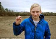 Đi chơi trong công viên, cậu bé nhặt được viên đá nhỏ xíu trị giá bằng cả gia tài