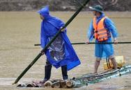 Người dân mua thuyền, làm bè tìm kiếm 10 nạn nhân mất tích sau lũ quét kinh hoàng ở Yên Bái