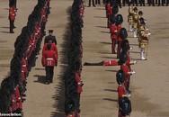 Hy hữu: 5 lính danh dự nước Anh ngất xỉu vì nóng trong sinh nhật nữ hoàng