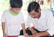Học sinh lớp 2 trường đạt chuẩn quốc gia không đọc được chữ