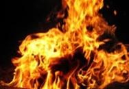 Vì con gà, tạt xăng lên người chị rồi châm lửa đốt