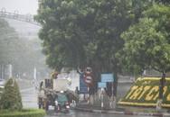 Bão số 10 áp sát đất liền, mưa lớn, gió rít liên hồi