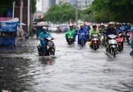 Người dân Sài Gòn lội bì bõm sau mưa lớn
