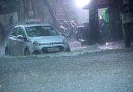 Mưa lớn, đường phố Hà Nội lại biến thành sông