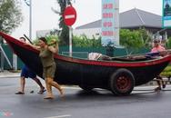 Người dân chằng chéo nhà cửa trước cơn bão mạnh nhất năm