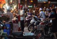 Người dân Hà Nội đổ xô ra vỉa hè mua bánh trung thu đại hạ giá 15.000 đồng/cái, giao thông hỗn loạn