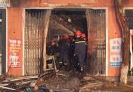 Người dân ném đá ào ào vào căn nhà cháy lúc nửa đêm, 3 người thoát chết thần kỳ