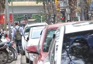 """""""Chiến dịch"""" đòi lại vỉa hè: Dân Hà Nội vẫn phải """"luồn lách"""" qua bãi giữ xe dưới lòng đường"""