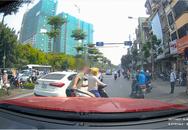 Nhân chứng kể lại vụ ông Tây lôi 'ninja' và xe máy vào vỉa hè: Cô gái vượt đèn đỏ, bị CSGT bắt sau đó ngồi giữa đường lấy điện thoại quay clip