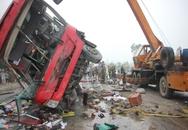 Ôtô khách nổ lốp, đâm vào dải phân cách, ít nhất 2 người tử vong