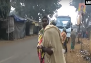 Bố vác thi thể con gái đi bộ hơn 10 km về nhà