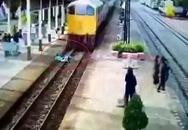 Người đàn ông vẫn đứng dậy được sau khi lao vào đoàn tàu