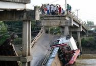 Cầu sập, xe ép cọc 15 tấn cùng 2 người lọt sông
