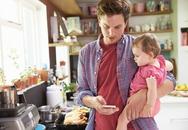 Sử dụng điện thoại trước mặt con có nhiều tiêu cực hơn bạn nghĩ