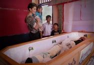 Gia đình để xác ướp giữa nhà 12 năm vì coi người chết vẫn còn sống