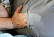 Chuyện tình sau hành động lồng tay dưới áo chồng của người vợ mất trí nhớ
