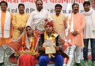 Cô dâu Ấn Độ được tặng gậy để trị chồng ham nhậu nhẹt