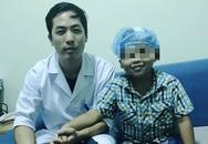 Bé trai 8 tuổi không thể kiểm soát cơn cười do động kinh