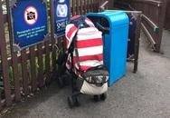 Bé 1 tuổi bị cha mẹ bỏ lại trong xe đẩy cạnh thùng rác để đi chơi tàu lượn