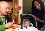Con dâu ở cữ, một mình bố chồng chăm sóc