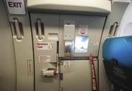 Chuyện gì xảy ra khi cửa thoát hiểm máy bay mở giữa không trung