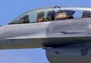 Mang bánh lên máy bay, phi công F-16 suýt gặp họa