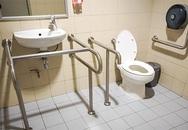 Xây nhà to mà bố mẹ già vẫn gặp nguy hiểm vì WC ngoài trời
