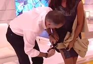 Nam MC cắt váy, sờ mông nữ đồng nghiệp trên sóng trực tiếp