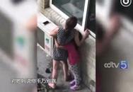Vợ ôm con dọa nhảy lầu tự tử vì chồng ngoại tình