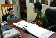 Bé trai 4 tuổi đi lạc được công an Hà Nội giúp tìm người thân
