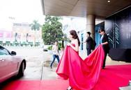 Hình ảnh người mẹ nâng váy, đẩy hàng lý cho con ở showbiz Việt