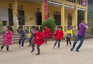 Thầy giáo vùng cao nhảy cực dẻo với học sinh trên nền nhạc sôi động
