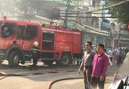 Nhà cao tầng bốc cháy dữ dội, nhiều người mắc kẹt