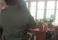 Câu chuyện đau lòng về cậu bé 4 tuổi ngồi bên thi thể mẹ suốt 2 ngày 3 đêm