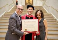 """Thế giới """"xôn xao"""" khoảnh khắc ông chủ Facebook nhận bằng tốt nghiệp Harvard"""